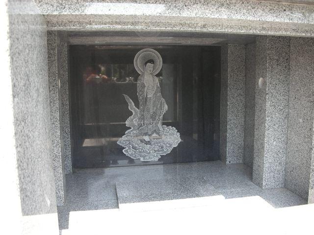 納骨堂内部壁面に阿弥陀如来様を彫刻してあります