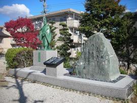 愛知県知立市の名所でありますかきつばた園内において平安時代の歌人、在原業平がこの地で詠んだかきつばたの歌を記念碑として残そうと言う事でこの銅像と歌碑が出来ました。毎年4月27日から5月26日までかきつばたまつりがおこなわれますのでぜひご来園の際に見て頂きたいと思います。