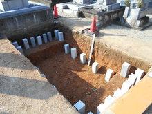 基礎工事は石柱を打ち込み しっかりとした基礎を致しました。