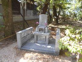 知立市市内の臨済宗のお寺です。 両側面に戒名板が取り付け出来るようになっております。